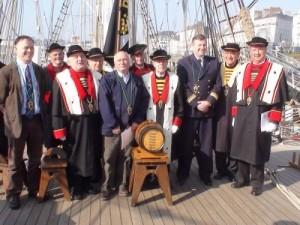 Le Commandant-Grand-Maître, Jean-Marie Loré et son équipage acceptent, avec joie, l'embarquement immédiat des 3 nouveaux matelots-Bretvins...