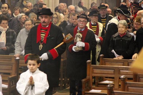 Saint Vincnt fait son entrée dans une église comble...